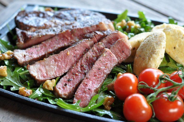 RibEye-Steak mit Ziegenfrischkäse-Nocken auf nussigem Rucola