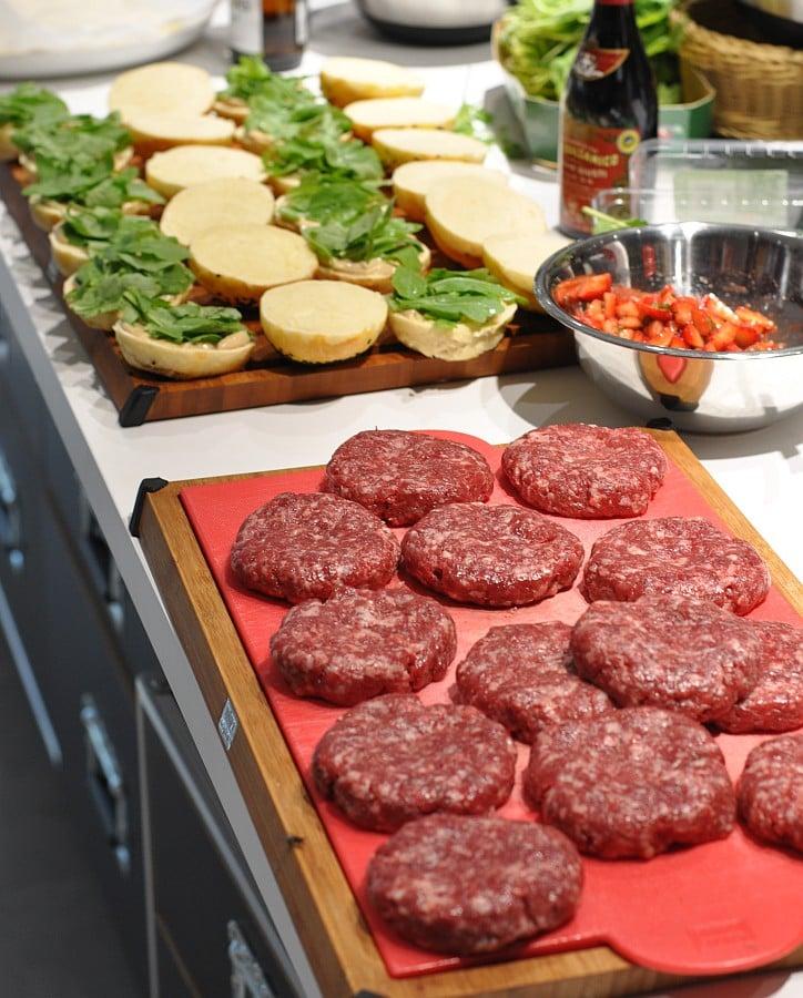 Beef and Buns erdbeer-burger-Erdbeer Burger 03-Erdbeer-Burger mit Erdbeer-Salsa, Brie und Bacon