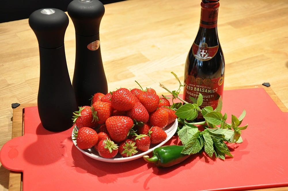ErdbeerSalsa erdbeer-salsa-Erdbeer Salsa 01-Erdbeer-Salsa mit Jalapenos, Minze und Basilikum