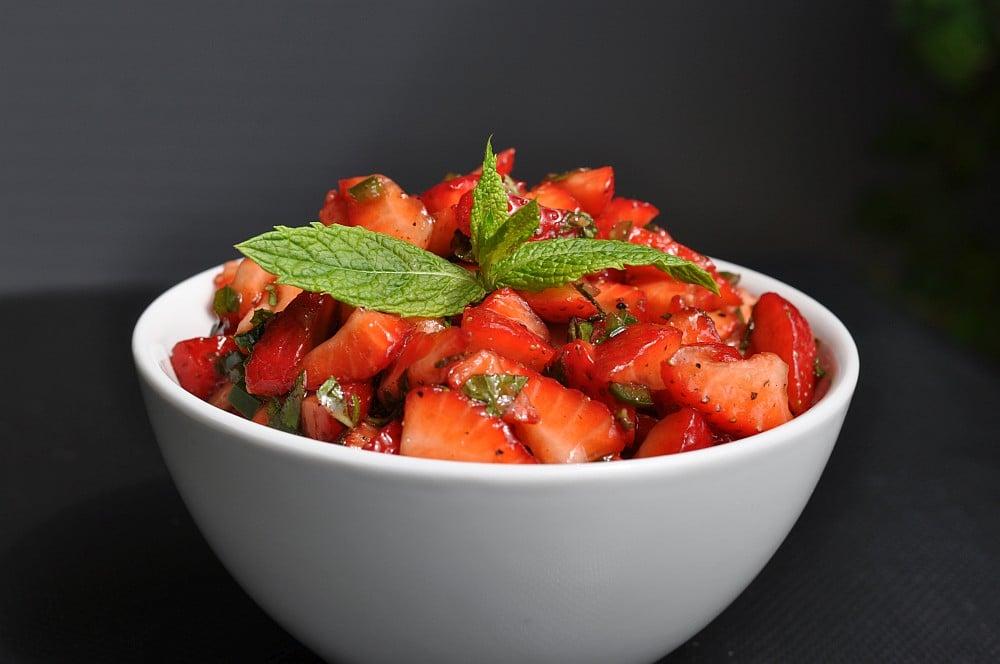 Erdbeer-Salsa erdbeer-salsa-Erdbeer Salsa 02-Erdbeer-Salsa mit Jalapenos, Minze und Basilikum