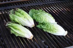 gegrillter salat-Gegrillter Salat Romana Salatherzen 03 300x199-Gegrillter Salat mit Parmesan und Granatapfel