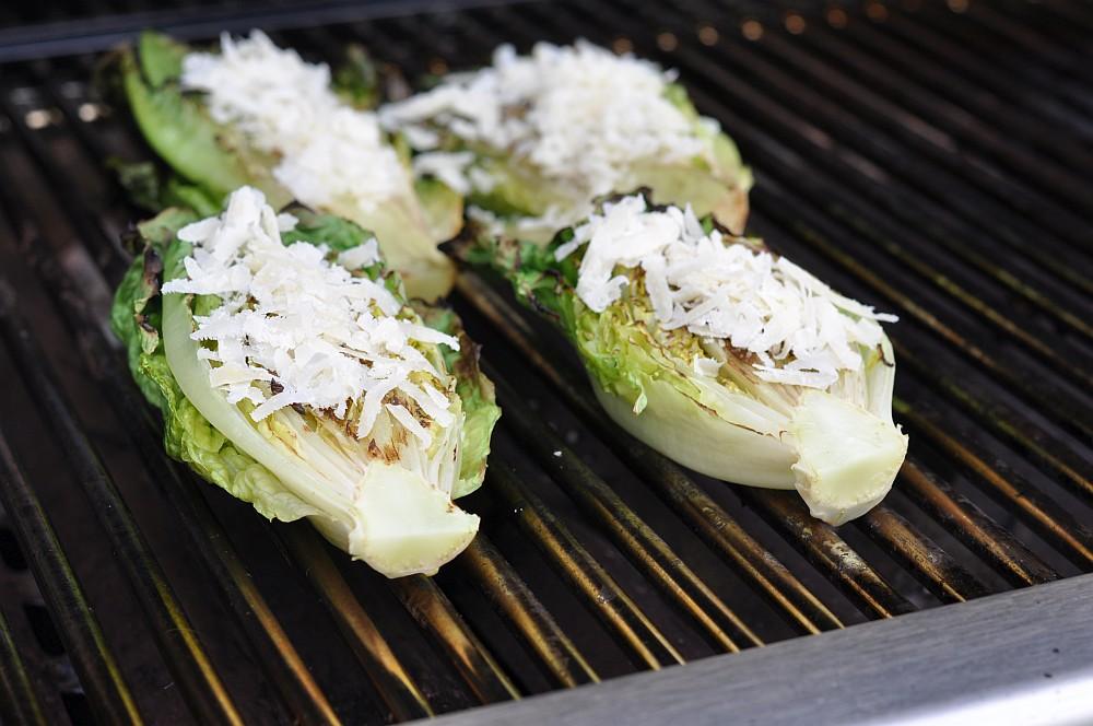 Gegrillter Salat gegrillter salat-Gegrillter Salat Romana Salatherzen 04-Gegrillter Salat mit Parmesan und Granatapfel