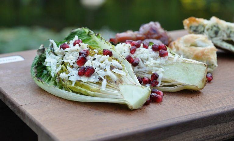 Gegrillter Salat mit Parmesan und Granatapfel