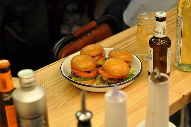 Otto's Burger im Schanzenviertel-Ottos Burger Eroeffnung Schanze 13 633x420-Neueröffnung Otto's Burger im Schanzenviertel / Hamburg