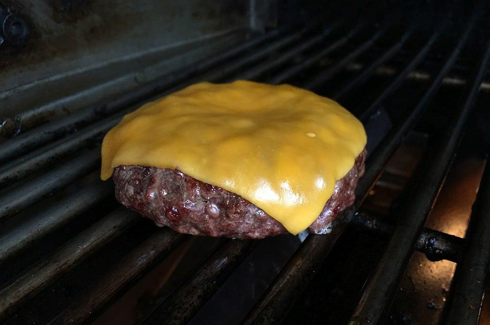 Beef-Patty von Albers Food mit Cheddar guacamole-cheeseburger-Guacamole Cheeseburger 01-Guacamole-Cheeseburger mit Nachos