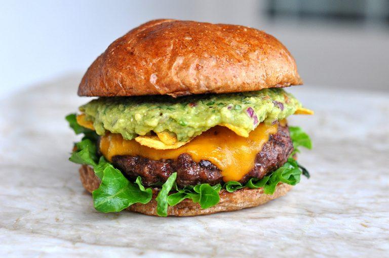 Guacamole-Cheeseburger mit Nachos