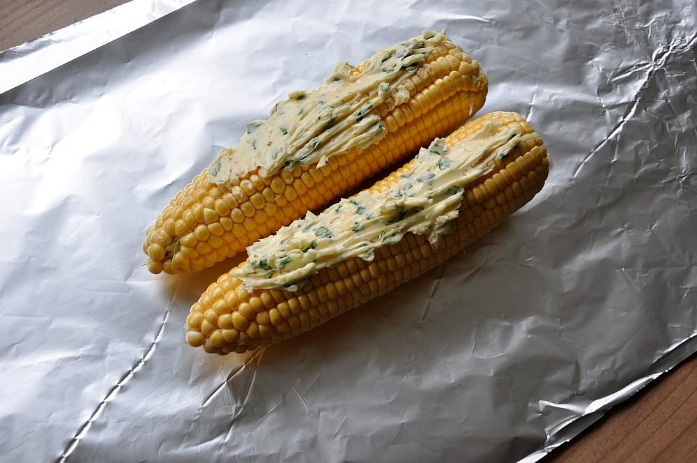Gegrillter Mais gegrillter mais-Gegrillter Mais Maiskolben 03-Gegrillter Mais – Maiskolben mit Basilikum-Limetten-Butter