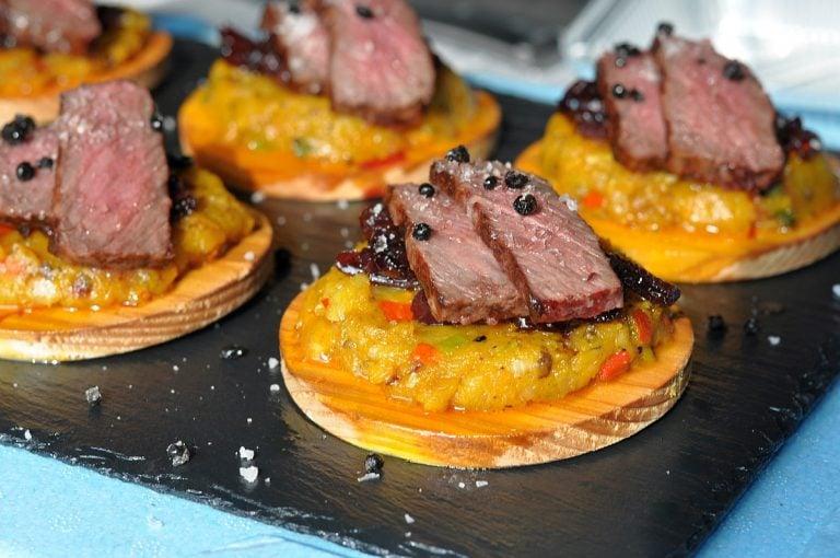 Wagyu-Steak auf geplanktem Kartoffel-Kürbis-Püree
