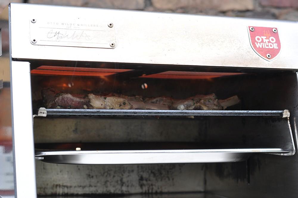 Over-Fired Broiler lammkoteletts-Gegrillte Lammkoteletts Otto Wilde Grillers OFB 02-Lammkoteletts aus dem Over-Fired Broiler (O.F.B.) mit Feldsalat