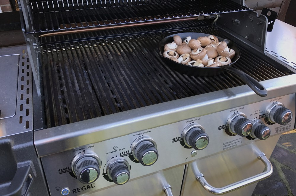Gebratene Champignons vom Broil King Regal 590 Pro gebratene champignons-Gebratene Champignons wie vom Weihnachtsmarkt 02-Gebratene Champignons mit Knoblauch-Dip wie vom Weihnachtsmarkt