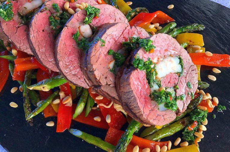 Gefülltes Rinderfilet mit Garnelen auf Grillgemüse