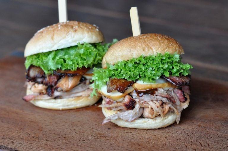 Pulled Pork Burger mit Bacon und Käse