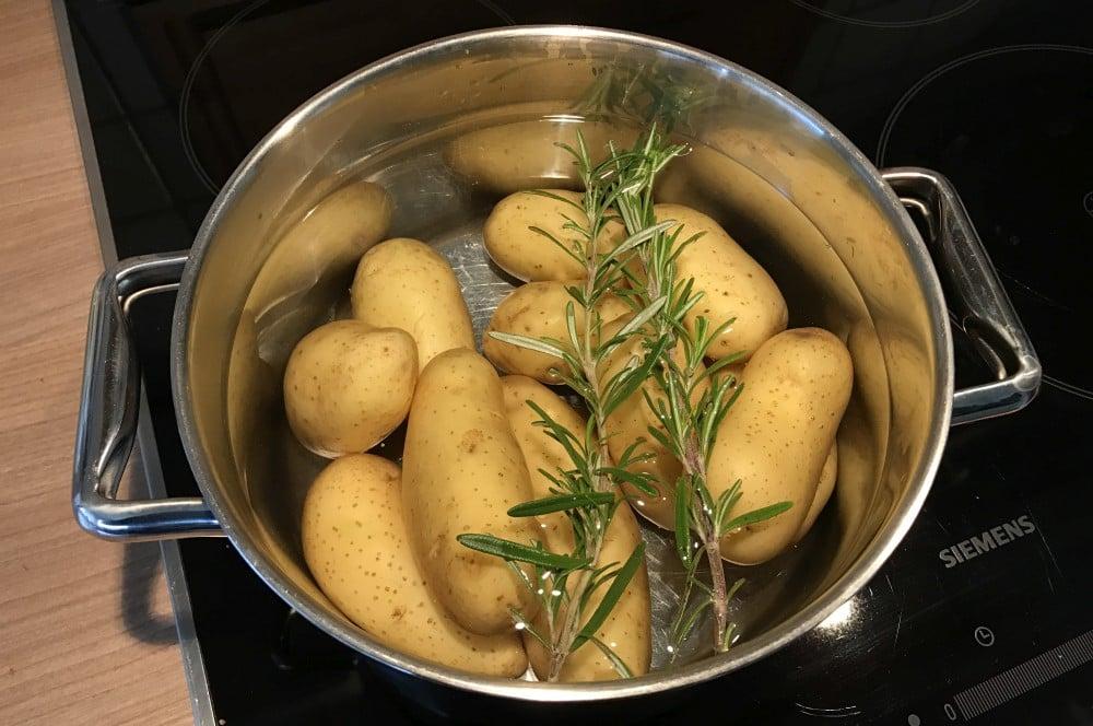 Kartoffeln kochen mit Rosmarin rosmarinkartoffeln-Rosmarinkartoffeln Gusspfanne 02-Rosmarinkartoffeln aus der Gusspfanne