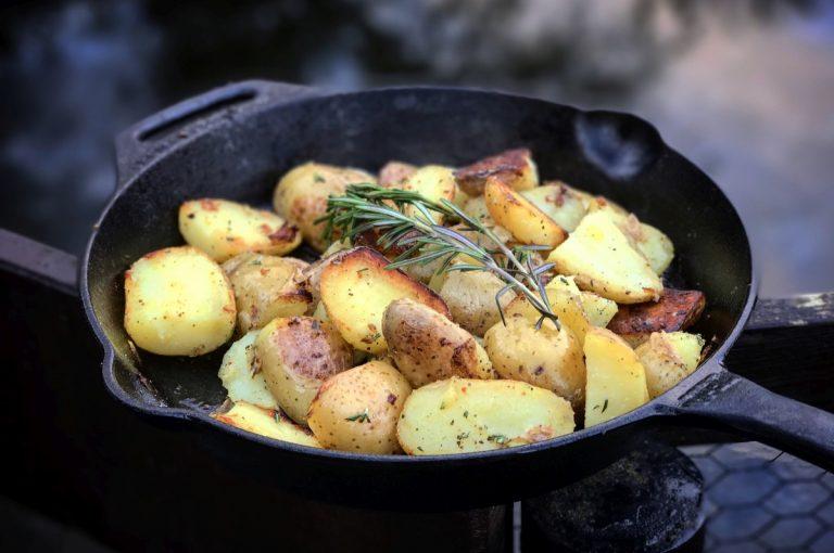 Rosmarinkartoffeln aus der Gusspfanne