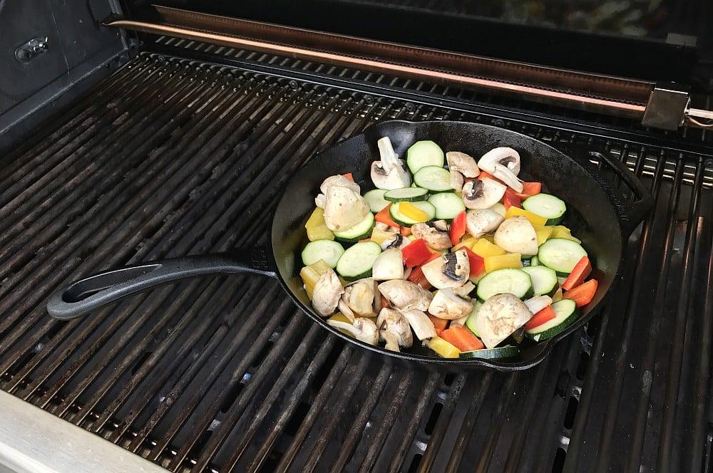 Gegrilltes Gemüse grillgemüse-Grillgemuese mit Feta Gusspfanne 02-Grillgemüse mit Feta