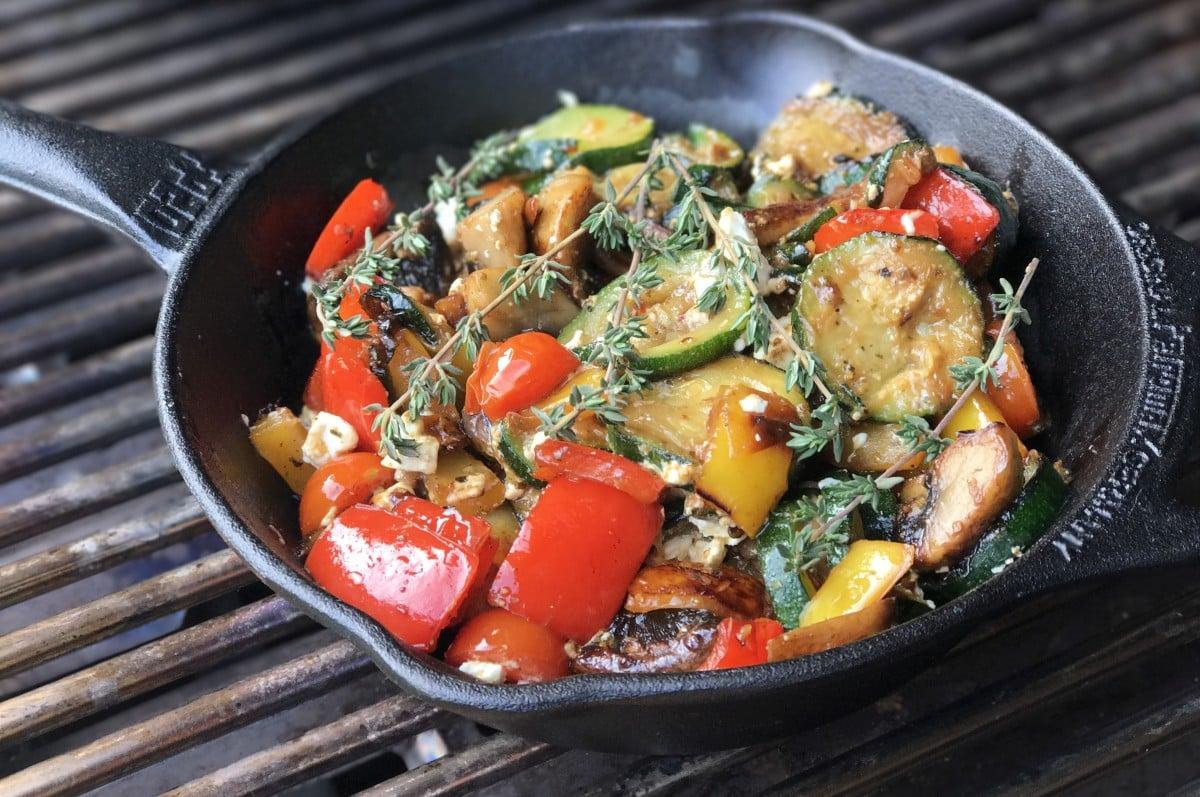 Gegrilltes Gemüse grillgemüse-Grillgemuese mit Feta Gusspfanne-Grillgemüse mit Feta