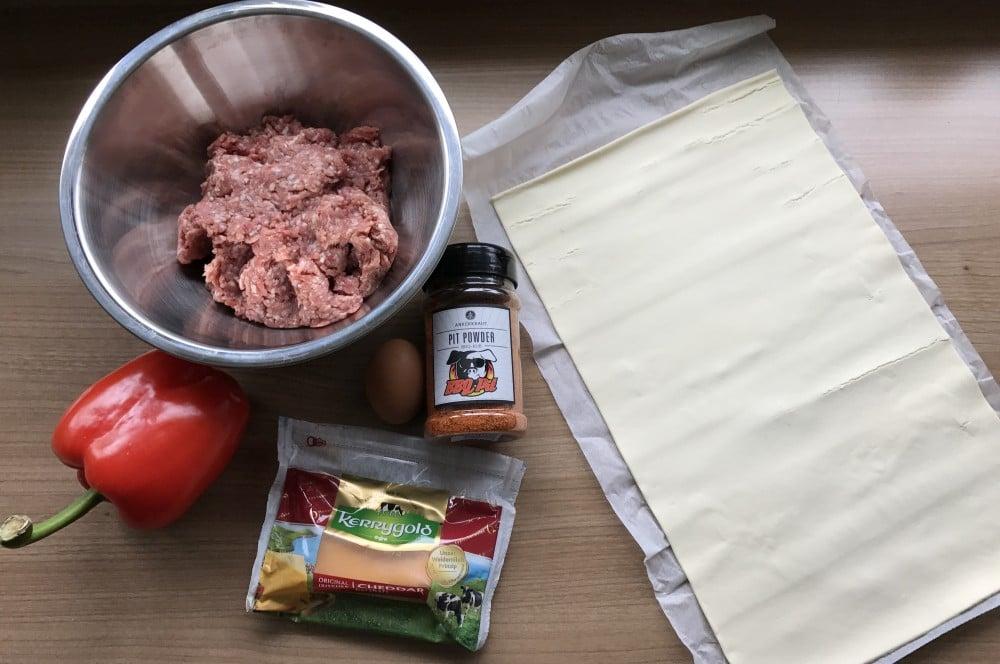 Pit Powder Blätterteig-Hackfleisch-Rolle Hackfleisch-Blätterteig-Strudel-Hackfleisch Blaetterteig Strudel 01-Hackfleisch-Blätterteig-Strudel mit Cheddar und Paprika