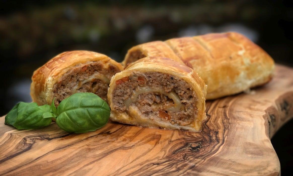 Blätterteigrolle hackfleisch-blätterteig-strudel-Hackfleisch Blaetterteig Strudel-Hackfleisch-Blätterteig-Strudel mit Cheddar und Paprika