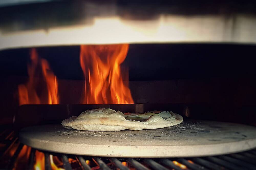 """Pizza Margherita im Moesta-BBQ Pizzaring pizza margherita-Moesta BBQ Pizzaring 04-Pizza Margherita – Rezept für die """"Pizza der Königin"""""""