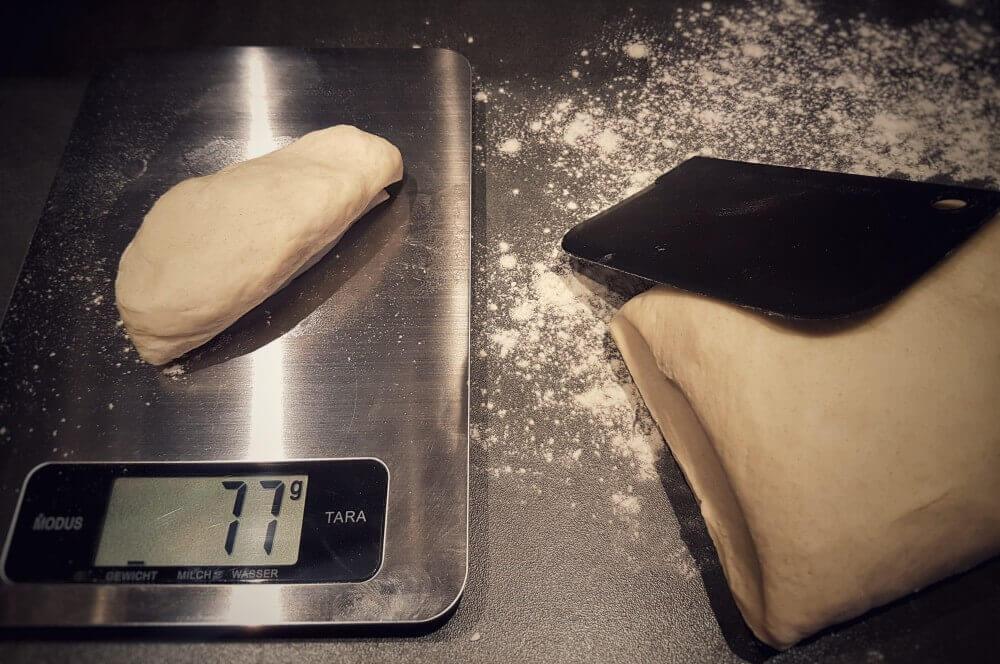 Teigwaage brötchen-Broetchen Baeckerbroetchen Sonntagsbroetchen 08-Brötchen backen – Rezept für Bäckerbrötchen / Sonntagsbrötchen