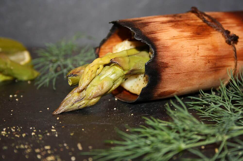 Heilbutt-Spargelröllchen heilbutt-spargelröllchen-Heilbutt Spargelroellchen Wood Paper 06-Heilbutt-Spargelröllchen im Wood Paper gegrillt