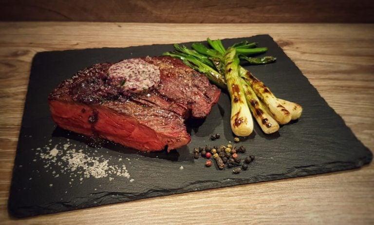 Denver Cut Steak mit gegrillten Frühlingszwiebeln und Rotweinbutter