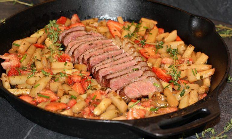 Spargel-Erdbeer-Salat mit Roastbeef-Steak