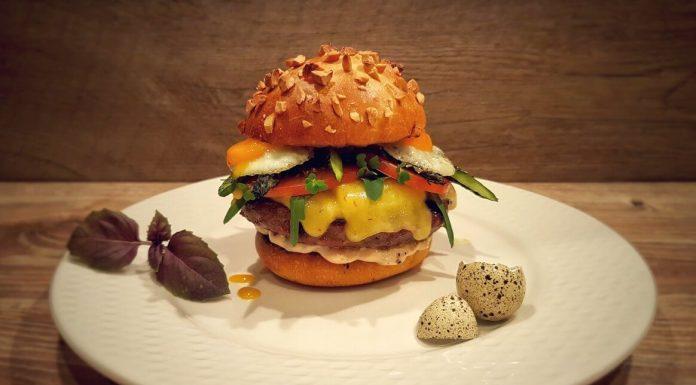 Burger mit Wachtelei und Spargel