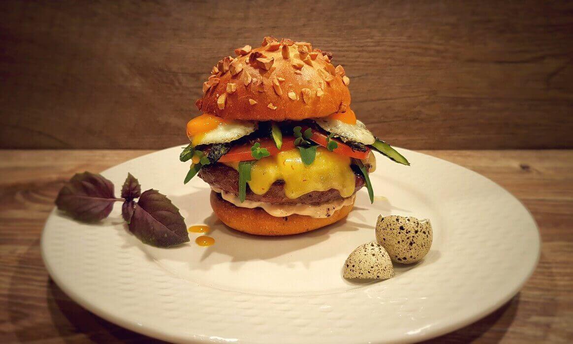 Burger mit Wachtelei und Spargel wagyu chili cheese burger-Wagyu Chili Cheese Burger-Wagyu Chili Cheese Burger mit Wachtelei und Spargel