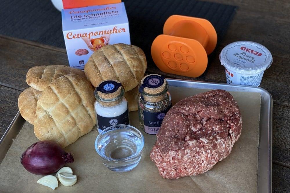 Alle Zutaten für Ćevapčići auf einen Blick Ćevapčići-Cevapcici Rezept 01-Ćevapčići vom Grill – Rezept für Balkan-Hackfleischröllchen