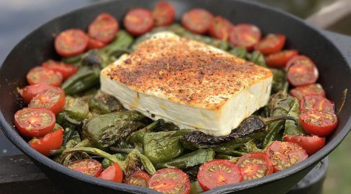 Pimientos de Padrón mit Feta und Tomaten