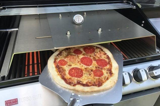 moesta-bbq pizzacover-Moesta BBQ PizzaCover Flex 12 633x420-Moesta-BBQ PizzaCover – Endlich perfekte Pizza vom Gasgrill!