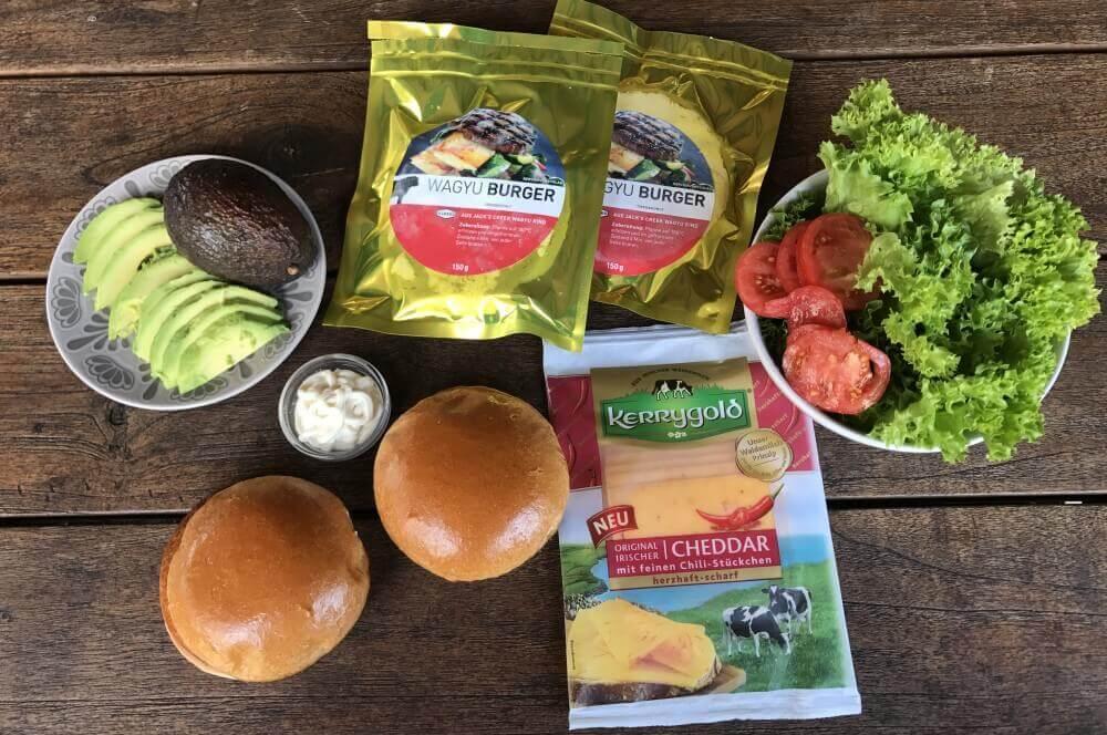 Avocado-Cheeseburger avocado-cheeseburger-Avocado Cheeseburger 01-Avocado-Cheeseburger mit Wagyu-Beef und Chili-Cheddar