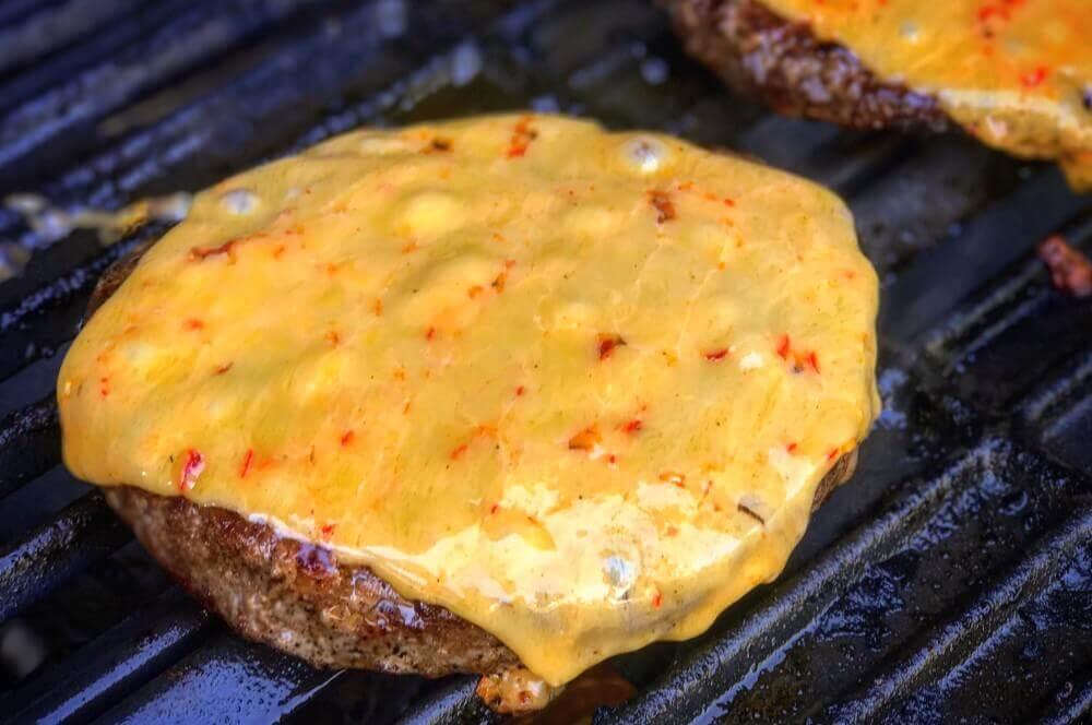 Kerrygold Chili-Cheddar avocado-cheeseburger-Avocado Cheeseburger 03-Avocado-Cheeseburger mit Wagyu-Beef und Chili-Cheddar