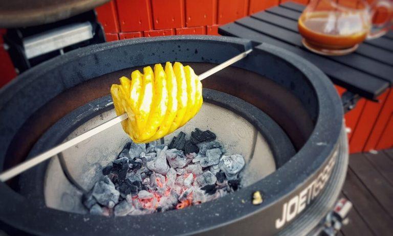 Karamellisierte Ananas vom Drehspieß mit Salzkaramell-Sauce