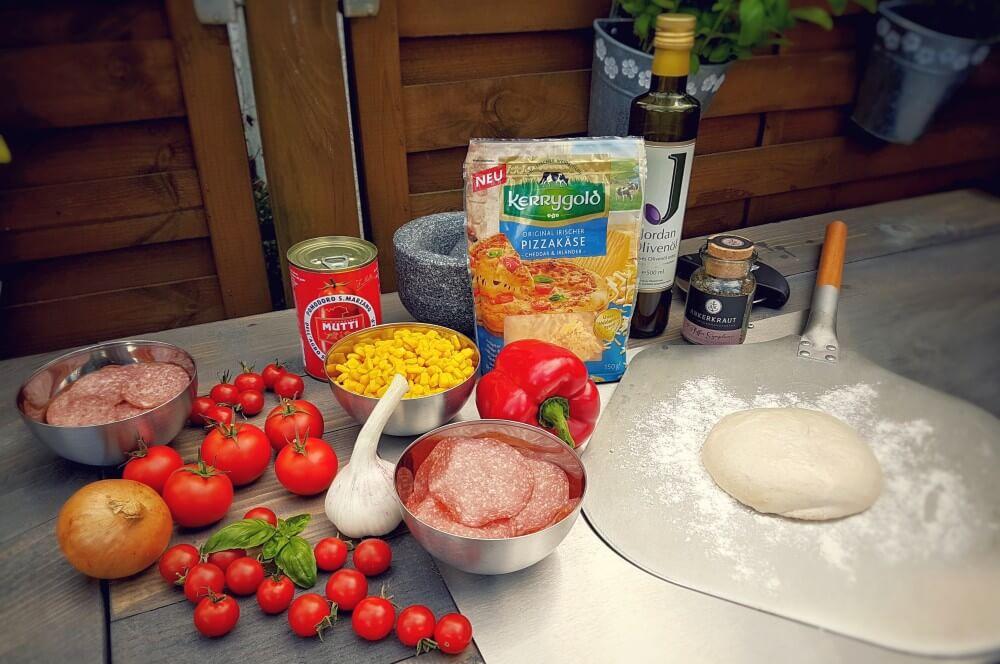 Zutaten Salami-Pizza salami-pizza-Salami Pizza vom Grill 01-Salami-Pizza mit Paprika und Zwiebeln