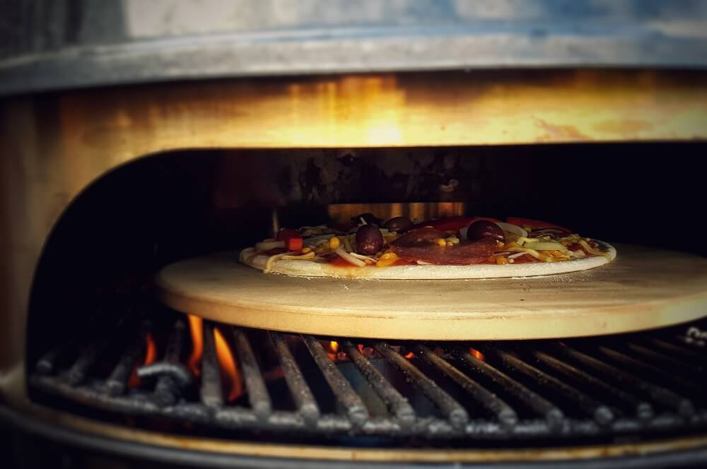Pizza vom Grill salami-pizza-Salami Pizza vom Grill 02-Salami-Pizza mit Paprika und Zwiebeln