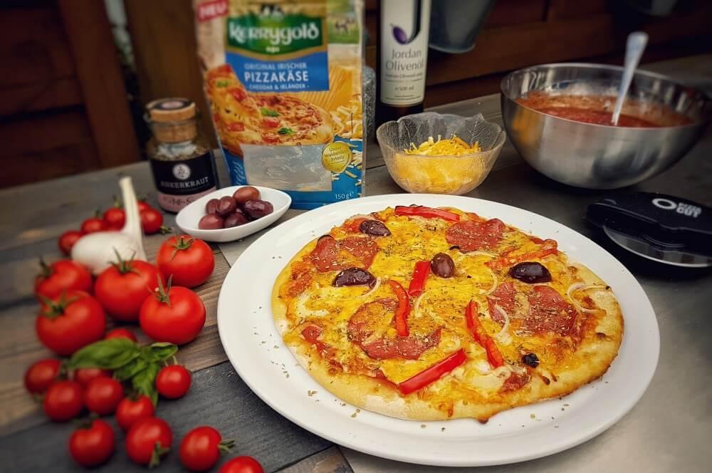 Salami-Pizza salami-pizza-Salami Pizza vom Grill 03-Salami-Pizza mit Paprika und Zwiebeln