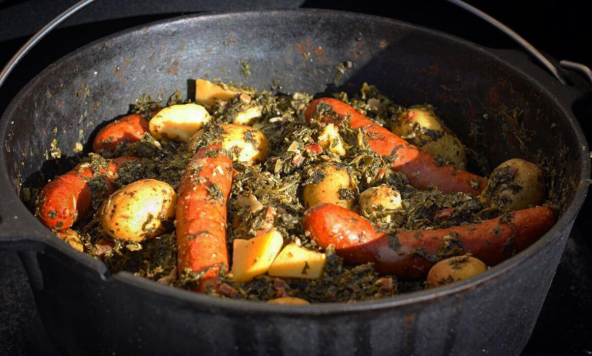 Grünkohl aus dem Feuertopf grünkohl aus dem dutch oven-Gruenkohl Dutch Oven Mettwurst Kartoffeln-Grünkohl aus dem Dutch Oven mit Mettwurst und Kartoffeln