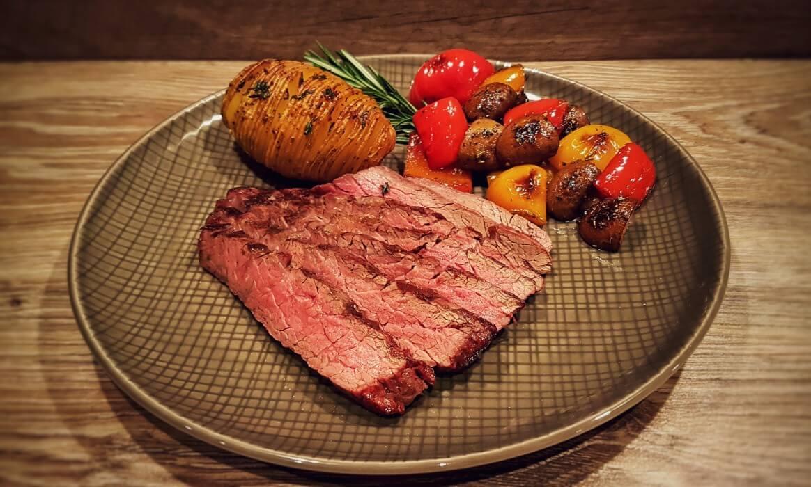 Bavette bavette steak-Flap Steak Bavette Flap Meat-Bavette Steak mit Grillgemüse und Hasselback Potatoes
