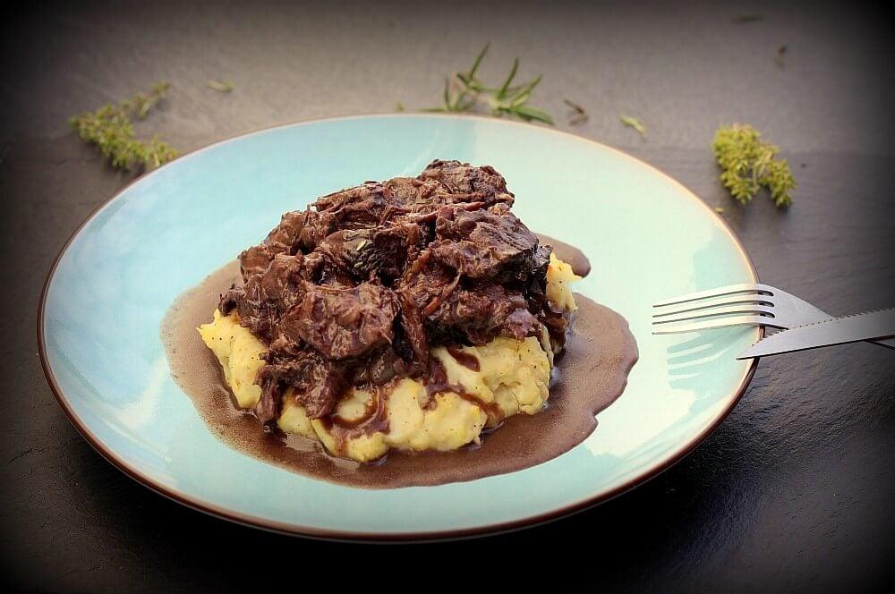 Geschmorte Rinderbäckchen auf Kartoffelpüree geschmorte rinderbäckchen-Geschmorte Rinderbaeckchen Dutch Oven 06-Geschmorte Rinderbäckchen aus dem Dutch Oven