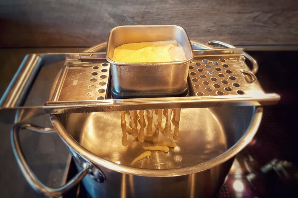 Spätzlehobel käsespätzle-Kaesespaetzle mit Roestzwiebeln 02-Käsespätzle mit Röstzwiebeln