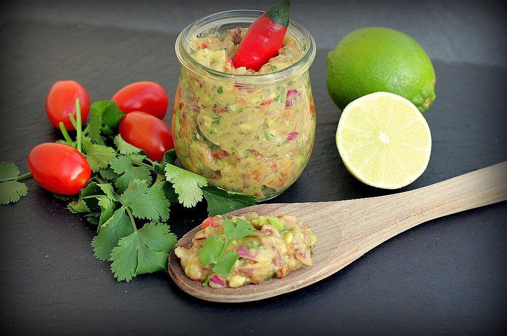 Avocado-Salsa mit Kirschtomaten und Zwiebeln avocado-salsa-Avocado Salsa 02-Avocado-Salsa mit Tomate und Chili