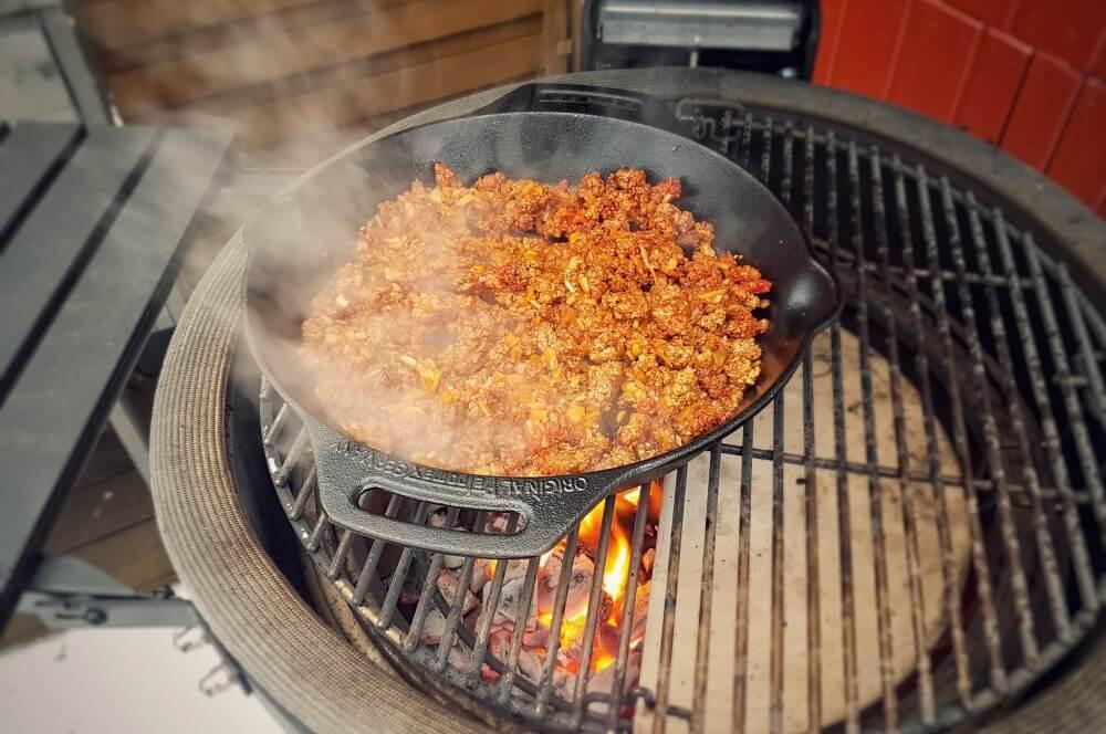 Gusspfanne auf Kamado Joe nachoauflauf-Nachoauflauf Hackfleisch Kaese 02-Nachoauflauf mit Hackfleisch und Käse