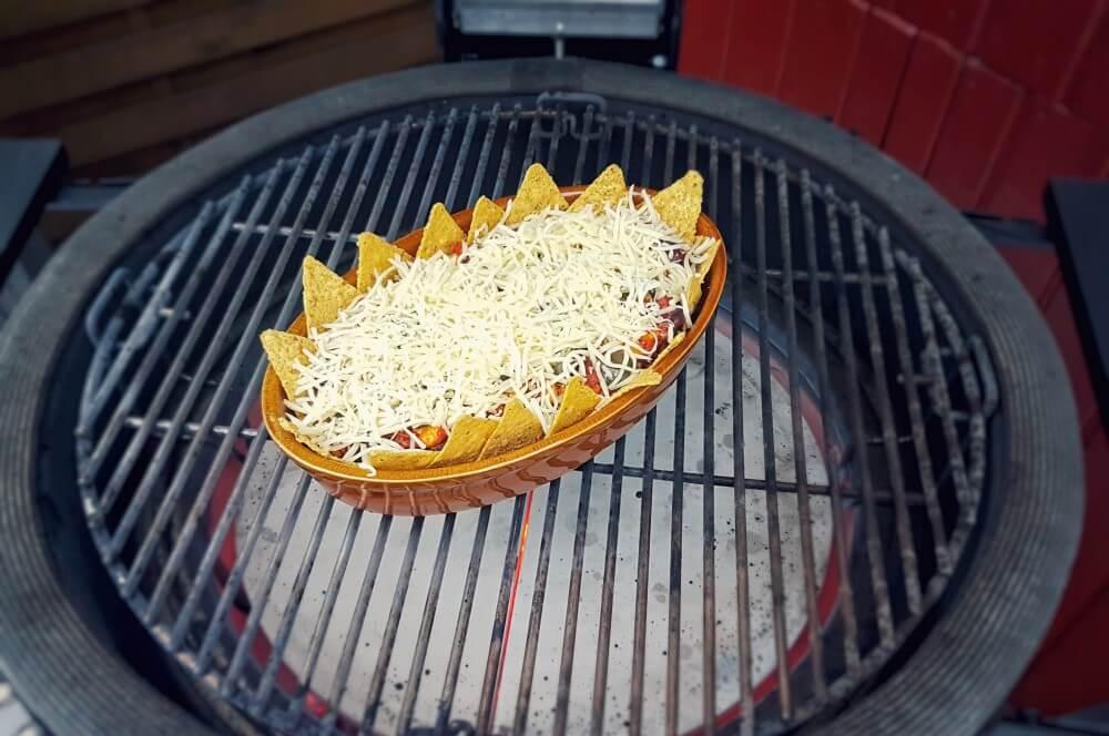 Der Nachoauflauf wird rund 15-20 Minuten mit Käse überbacken nachoauflauf-Nachoauflauf Hackfleisch Kaese 04-Nachoauflauf mit Hackfleisch und Käse