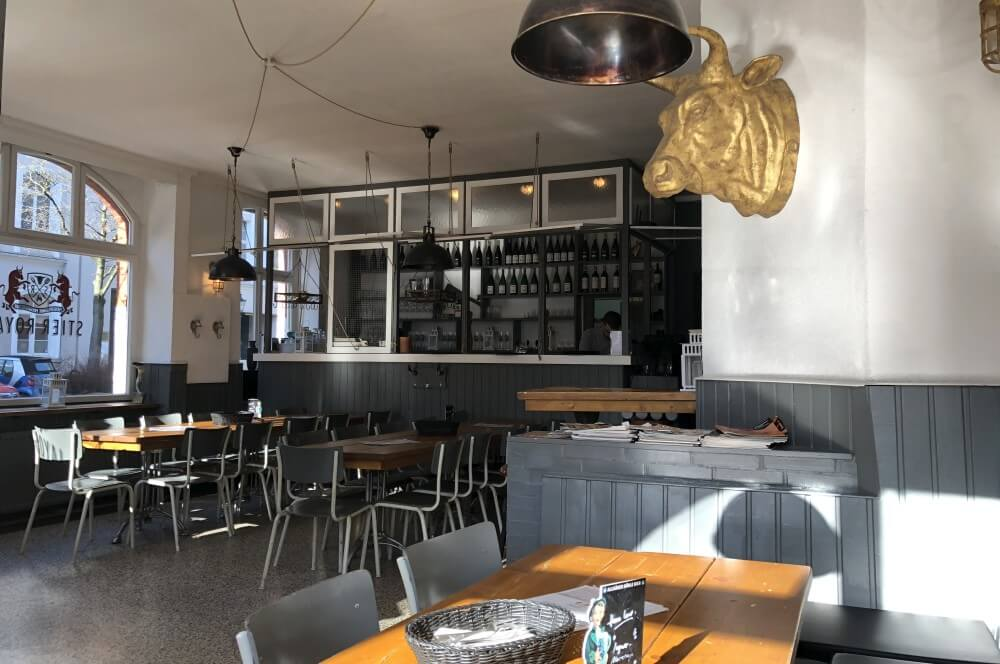 Der Innenbereich des Stier Royals stier royal-Stier Royal Duesseldorf Burger Test 02-Stier Royal Burger-Restaurant in Düsseldorf
