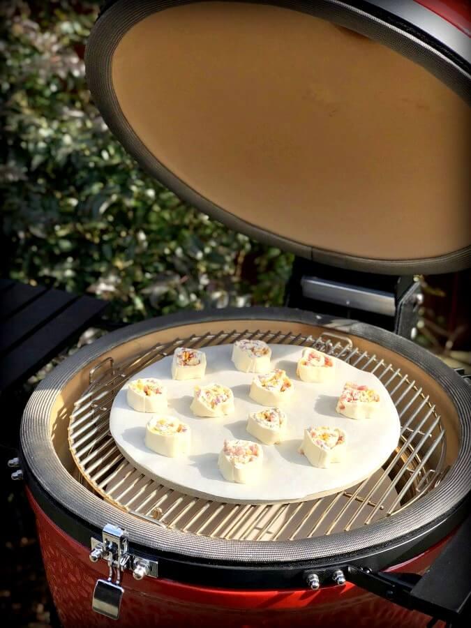 Blätterteigschnecken im Kamado Joe Keramikgrill blätterteigschnecken-Blaetterteigschnecken Speck Schmand Kaese 05-Blätterteigschnecken herzhaft gefüllt mit Speck & Käse
