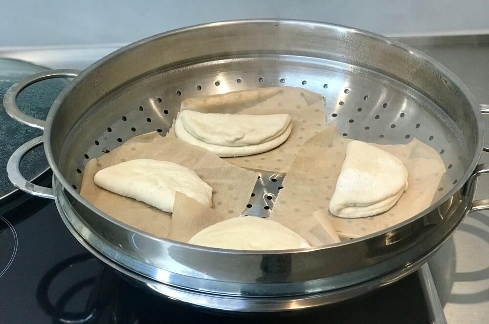 Gedämpfte Brötchen im Wok gedämpfte brötchen-Gedaempfte Broetchen Bao Buns 05-Gedämpfte Brötchen – Bao Buns selber machen
