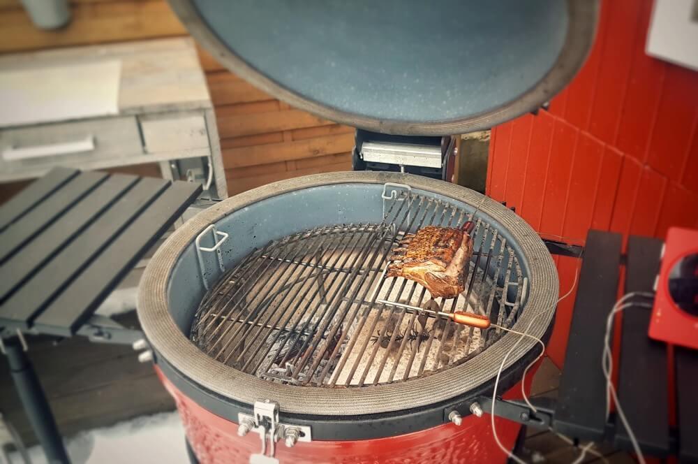 Die Lammkrone wird auf dem Kamado Joe indirekt gar gezogen lammkrone-Lammkrone mit Granatapfel Couscous 02-Lammkrone vom Grill mit Granatapfel-Couscous