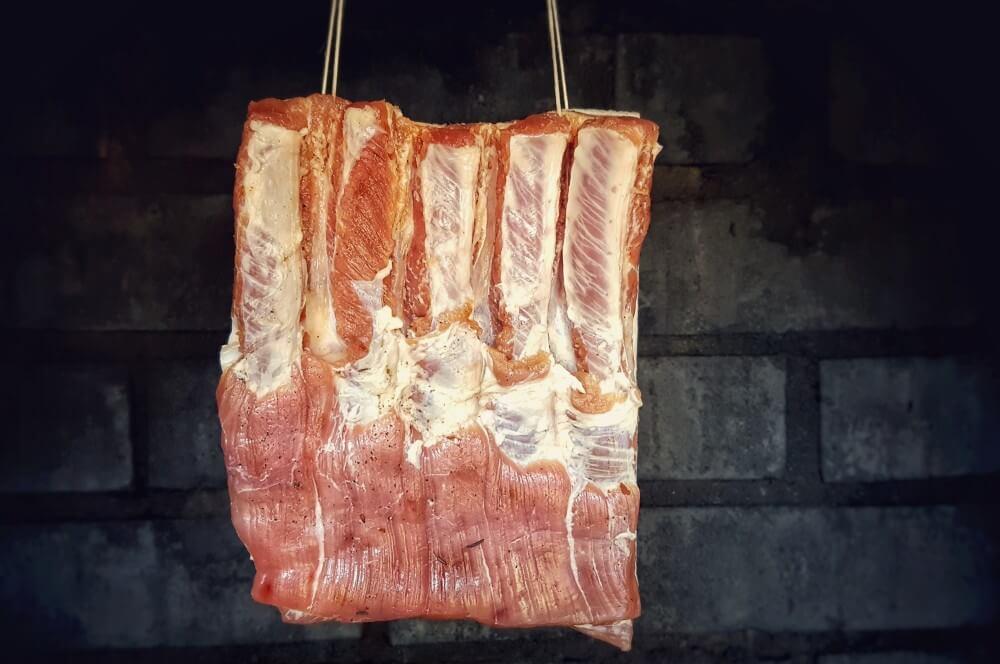 Der Schweinebauch wird in den Räucherschrank gehangen bacon selber machen-Bacon selber machen Fruehstuecksspeck raeuchern 04-Bacon selber machen – Frühstücksspeck pökeln und räuchern
